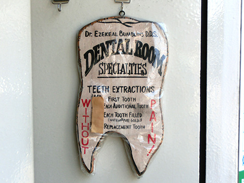 アメリカンな歯医者の歯看板。