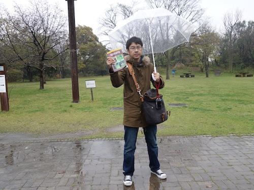 あいにくの雨ですが、文一総合出版「日本のクモ」を持ってクモを探します!