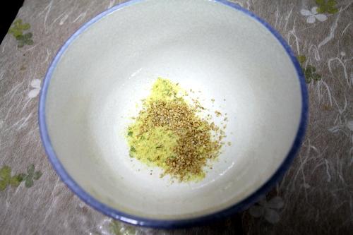 粉末スープは鍋に投入するのではなく、直接どんぶりに入れた方が、鍋があまり汚れなくて済むよ