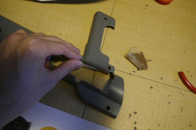 ヤスリで削り、表面をひたすら滑らかにする。