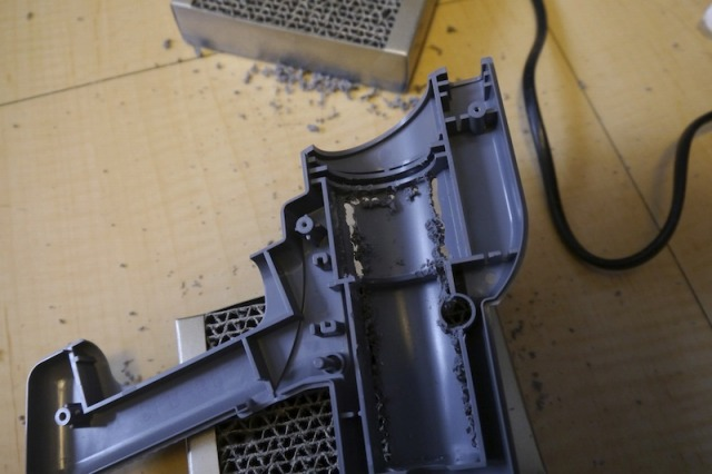 ドリルでプロジェクターをはめこむための穴をあける。