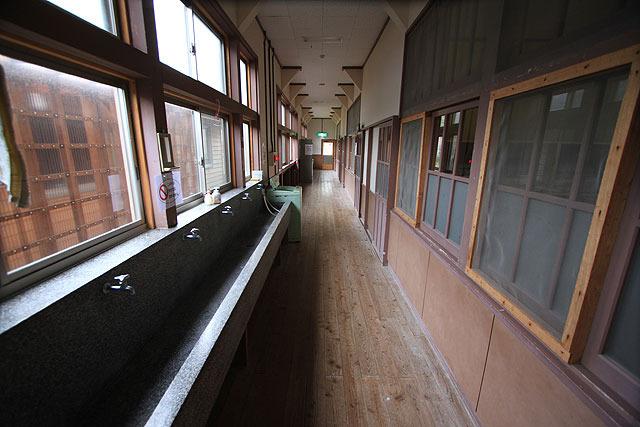 学校の廊下だ。