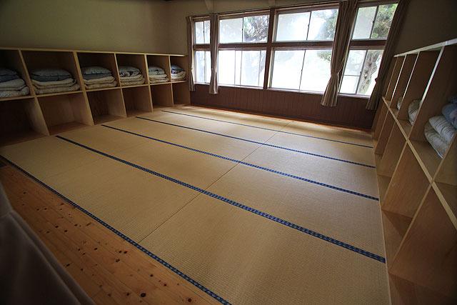 教室だったところに畳を入れてある。これは2500円の相部屋。合宿向きの広さ。