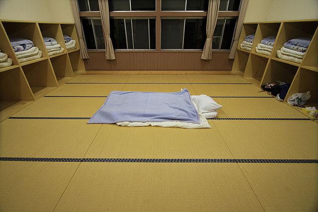 と言ってもこの日泊まるのは私一人なので、こんな感じで真ん中に布団を敷いた。(笑)