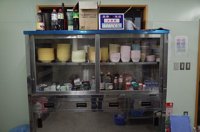 食器や箸、調味料などもある。