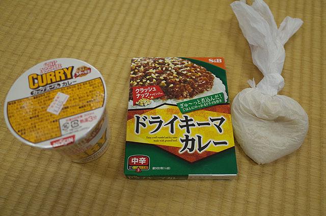 米とカレーとカップヌードル(カレー味)。どんだけカレー好きなんだ?というラインナップ。
