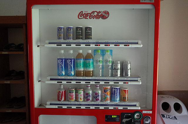 ビールも持ち込んだが、これは島内の自販機にあった。(島で唯一金で買えるもの)
