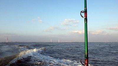 まだすぐそこに岸が見えているが、既に水深は数百メートル。