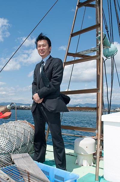 スーツで漁船の乗船した焼津市職員の方。駿河湾の深海生物を焼津の観光資源として期待しているそうです。