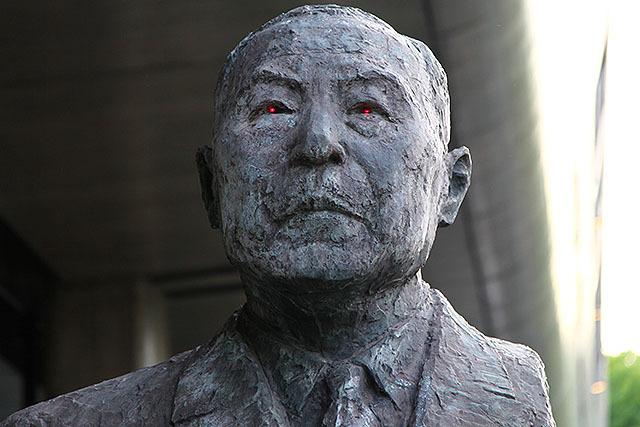 威厳がある銅像の目が光ってる感じが良い。