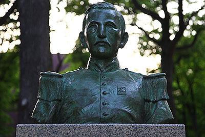 偉人は銅像になれる。