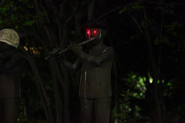 横笛を吹く少年。なぜか帽子を被っていた。聞くと死ぬ音楽とか吹いてるね。