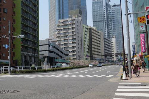 ローアングル前の新宿区の成子坂