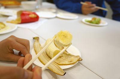 「箸で切って食べる」(石川)