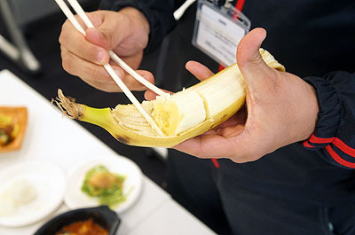 「バナナのその食べ方よくしますよ」といって慣れた手つきでスルスルスルと
