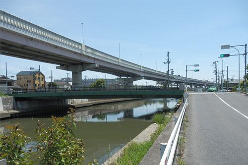 橋の上には首都高6号三郷線