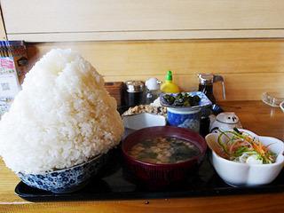 これは札幌でたまたま入った定食屋さんのごはん。すごい!