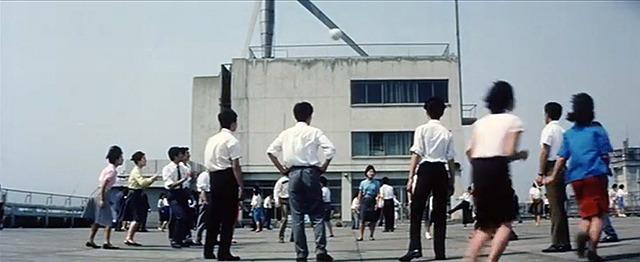 かつて「屋上といえばバレー」という時代があったのだ( 「ニッポン無責任時代」より・古澤憲吾監督/東宝/1962年)