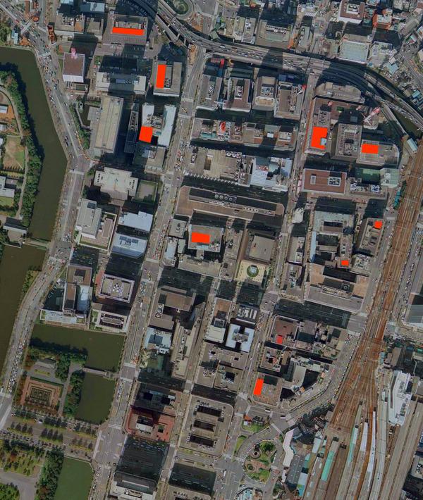 大手町から丸の内にかけての1979年の屋上の様子。赤い部分が、ネットが張られていて、おそらくレクリエーションの場所と思われる箇所(「地図・空中写真閲覧サービス」より1979年。キャプチャして加工)