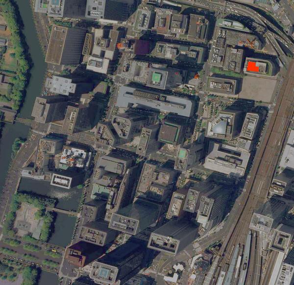 ほぼ同じ場所の2009年。もう屋上は憩いの場所ではなくなっている(「地図・空中写真閲覧サービス」より2009年。キャプチャして加工)