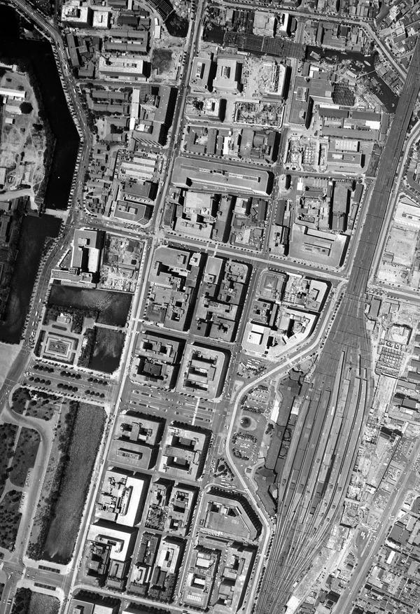 ほぼ同じ場所の1963年。こんなに屋上がすっきりしているとは!つまり空調がまだそれほど設置されていないのだろう(「地図・空中写真閲覧サービス」より1963年。キャプチャして加工)