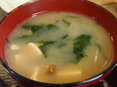 わかめと豆腐となめこの味噌汁。ほっとする味。