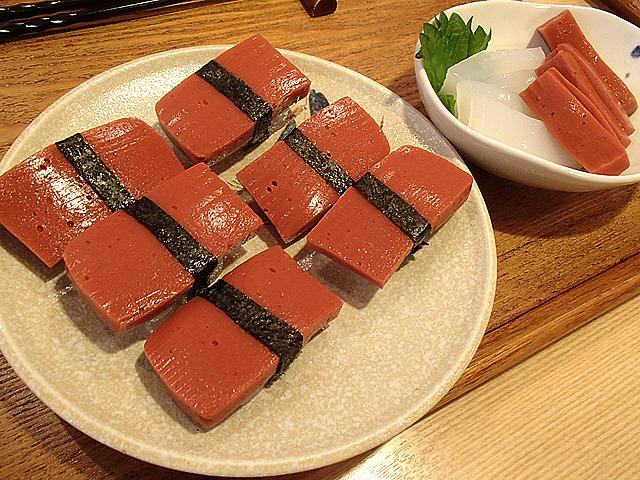 マグロ寿司とマグロ、イカの刺身・・・の、もどき。