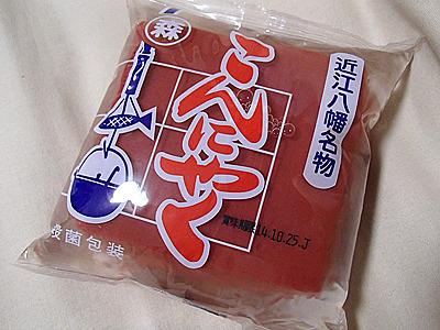 織田信長が赤くさせたらしい。三二酸化鉄という添加物を使って赤くしている。食物繊維やカルシウムの他、鉄分補給も出来るそうです。
