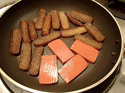 油を使ってシットリと焼き上げたいところだが、それもカロリーを上昇させてしまうので、テフロン加工のフライパンで油を使わず焼きます。