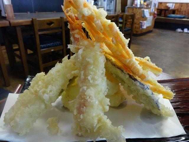 天ぷらが山盛りで来た!!!! 豊かな気もちになるね。