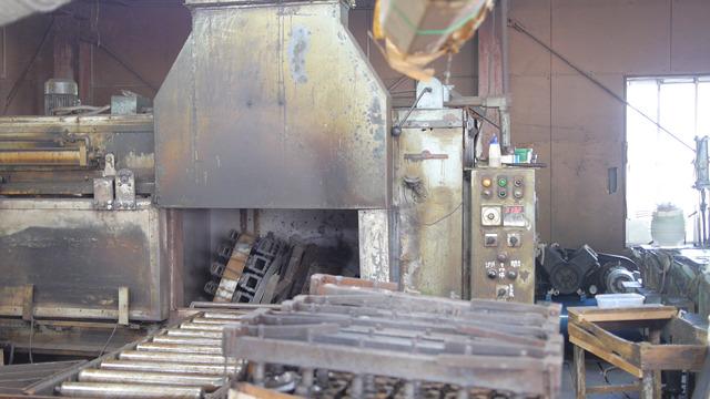 この工場の目玉、回転成形機。縦に横に回転させながら焼く。石川さんのお父さんが回転成形機の技術者で脱サラして工場はじめたそうだ。