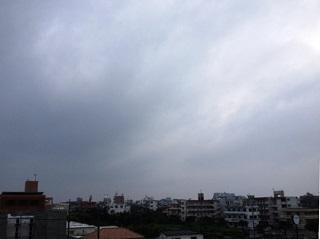 梅雨の沖縄は空も灰色。