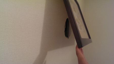 ホテル泊まったら、飾ってある絵の裏見るよね~。って見たら、穴。穴!?