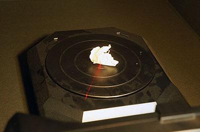レーザーの当ったターンテーブルが10分くらいかけて回転すると