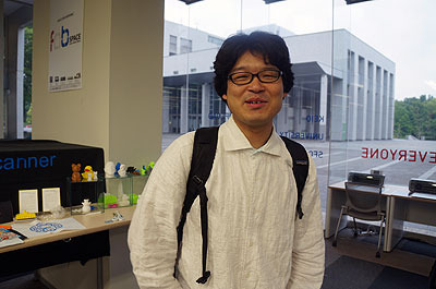 学生だけでなく先生もフラッとやってくる。この方はこのスペースの仕掛け人の田中浩也先生。ほんとにフラッとやってきてフラッと去っていった。