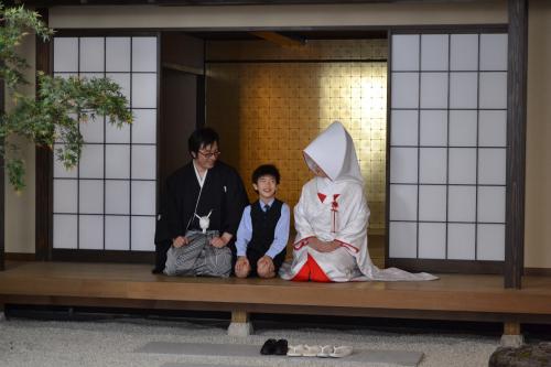 和室のスタジオで家族で写真