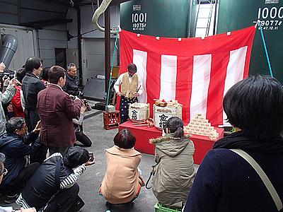 豊島屋酒造の高橋さんが手際よく鏡開き用樽のセットをしていく。