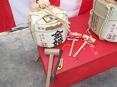 カッター、バール、木槌。鏡開き用の樽は一度開けてからフタを置いてセットする。詳しくはこちらの記事</a>で。