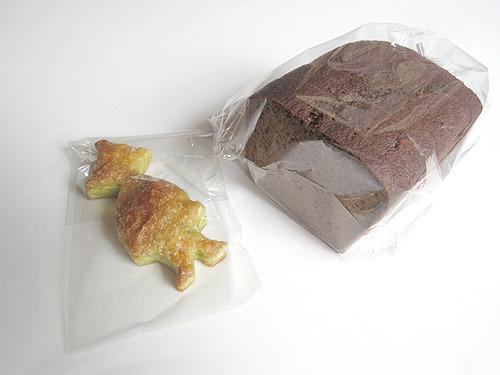 フィンランドの伝統的な黒パンを購入、おまけはスナフキン型のパイのお菓子。か、かわいい…