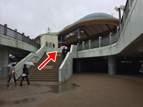 ちょっとのぼると、夢の国の入り口、ご存知舞浜駅