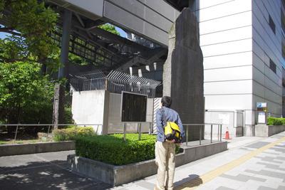かつての終点を示す大きい記念碑。ここから新宿をめざす。