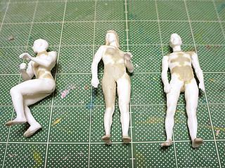 このまま上から服を描いていいように、つるりとパテで補修。1人は性転換しておいた。