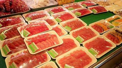 鮮魚店に並ぶマグロの刺身。味はもちろん、見た目の鮮やかさも皆に好まれる理由だろう。