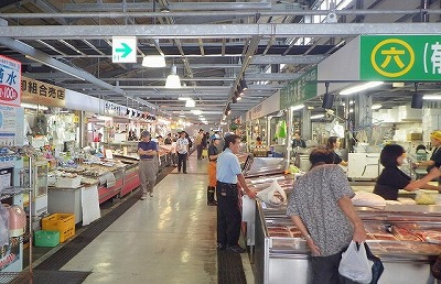 沖縄の魚市場には珍しい魚が多くて楽しい。地元民以外に観光客の姿もちらほら。