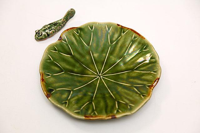 緑釉の葉っぱと鉄釉で表現した枯れ。果たしてこれは織部なのか織部でないのか。