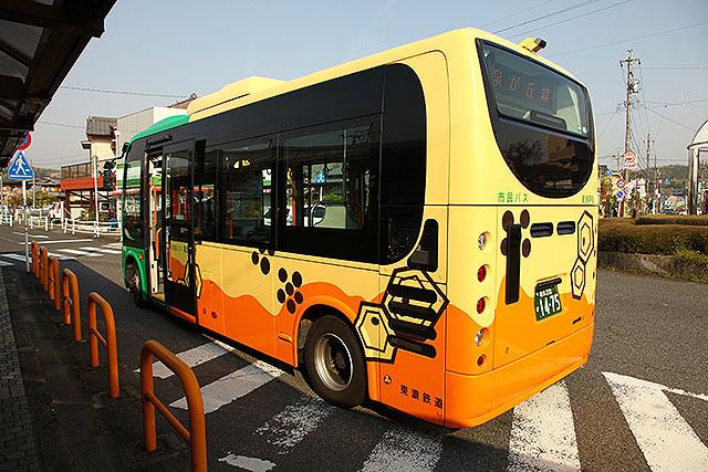 バスに描かれてる模様が織部っぽい。いっそ緑色でペイントすればいいのに。