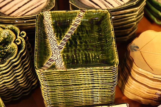 モダンな織部皿。660円。