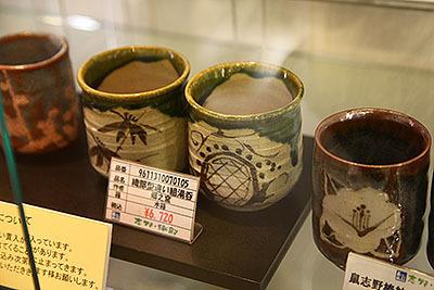 織部の湯飲みになるとぐっと価格が下がる。が、7000円弱。