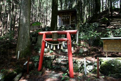途中に足神神社という小さな神社があった