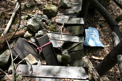うぉ、落石で歩道がぶっ壊れている